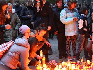 V Lysicích na Blanensku se lidé sešli před základní školou, aby uctili památku...