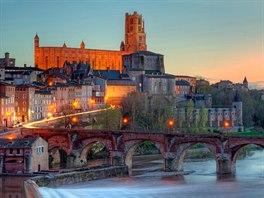 Město Albi leží na řece Tarn. Celé centrum města bylo postaveno zcihel...