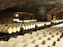 Sýry v přírodních jeskyních Combalou v Roquefort-sur-Soulzon