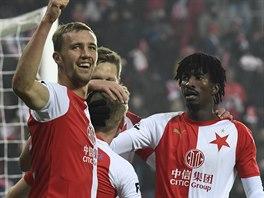Fotbalisté Slavie's radují ze vstřeleného gullu.