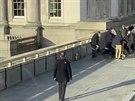 Útočníka na London Bridge se snažila přemoci skupina kolemjdoucích. Na snímku...