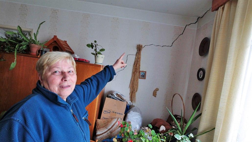 Praskliny ve zdech a vlhko. Voda z lomu zničila už dvacet domů