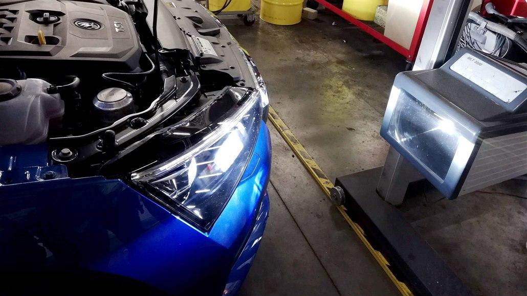 Seřídit LED světla je věda, i garážista s nimi pojede do značkového servisu