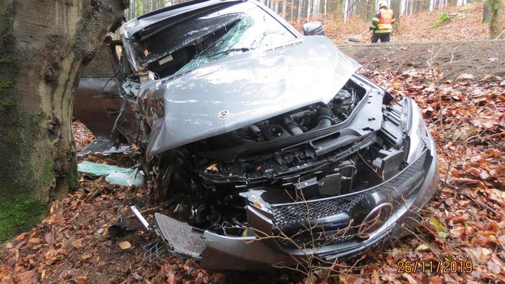 Osmnáctiletý kurýr rozbil kradené auto o stromy krátce po vjezdu do Čech