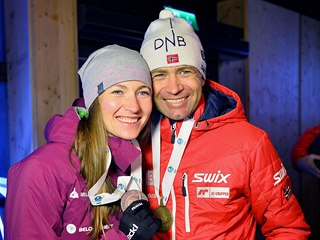 Ole Einar Björndalen s Darjou Domračevovou s medailemi z MS v Hochfilzenu v...