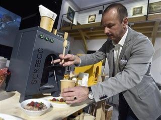 Obchodní ředitel společnosti Gastro Mach Radek Podstrčil ukazuje přípravu...