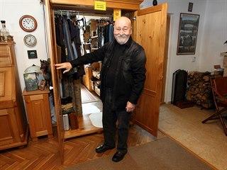 Tajný vchod v podobě skříně do hercovy zašívárny a ložnice, kde má své...
