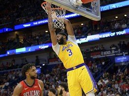 Anthony Davis z Los Angeles Lakers po smeči do koše New Orleans.