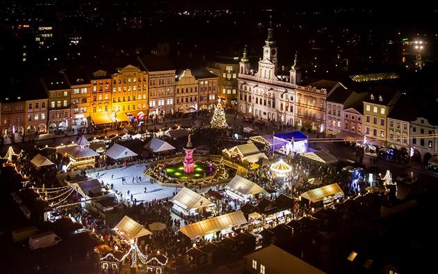 Adventní trhy na náměstí Přemysla Otakara II. v Budějovicích. Budou nakonec i letos? Pokud ano, spíše v omezené formě.