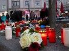 Lidé v Augsburgu zapalovali svíčky na památku zavražděného hasiče. (8. prosince...