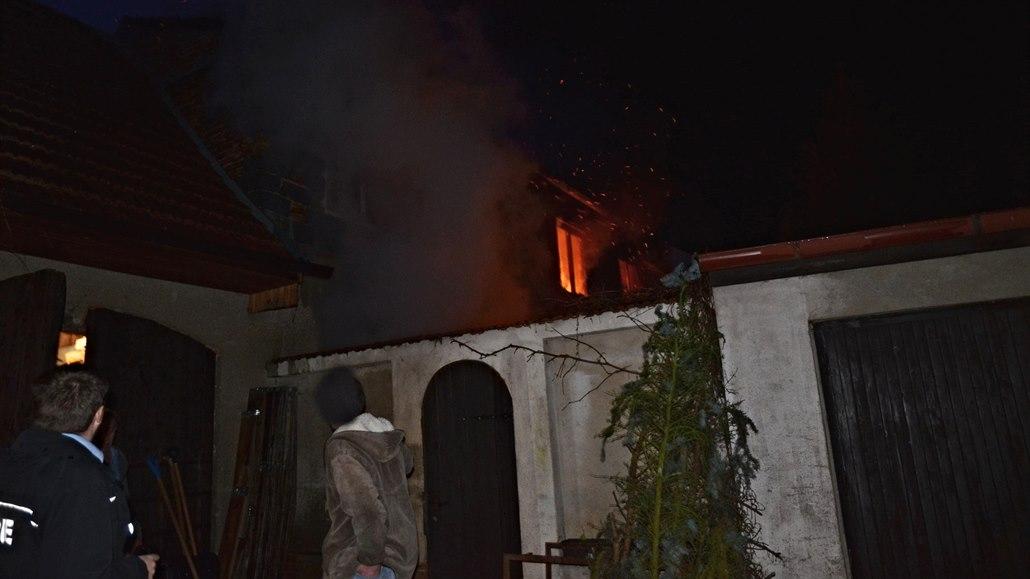 Muž po hádce s matkou zapálil rodinný dům, žena se nadýchala kouře