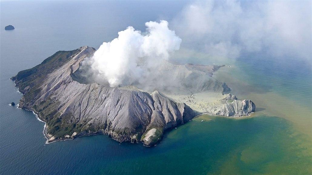 Erupce sopky na Novém Zélandu: nejméně pět mrtvých, desítky zraněných