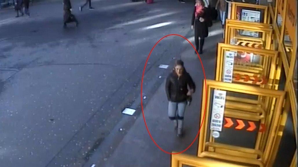 Osmdesátníka s holemi přepadli v Praze lupiči, přišel o peníze na tapety