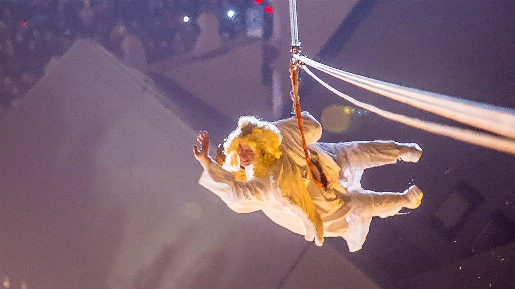 Z českobudějovické Černé věže se na náměstí snesl anděl