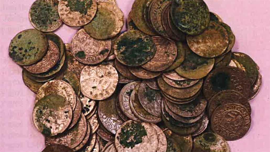 Nálezkyni mincí vyplatí almužnu. Postupujeme podle tabulek, brání se kraj