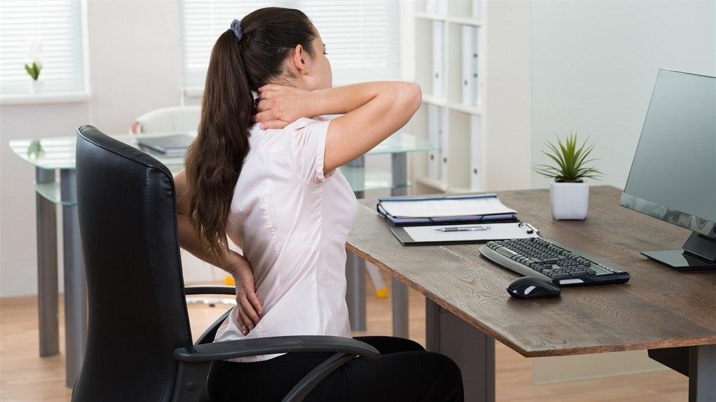Třetinu lidí v kancelářích trápí kvůli sezení bolesti zad. Co s tím?