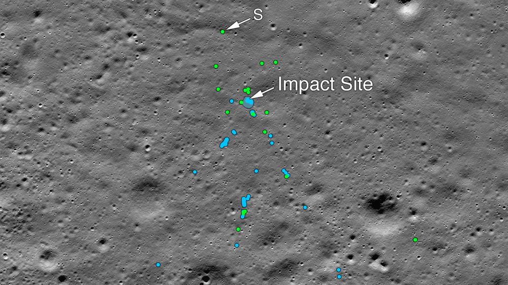 NASA ukázala zbytky indického modulu, který se rozbil o Měsíc