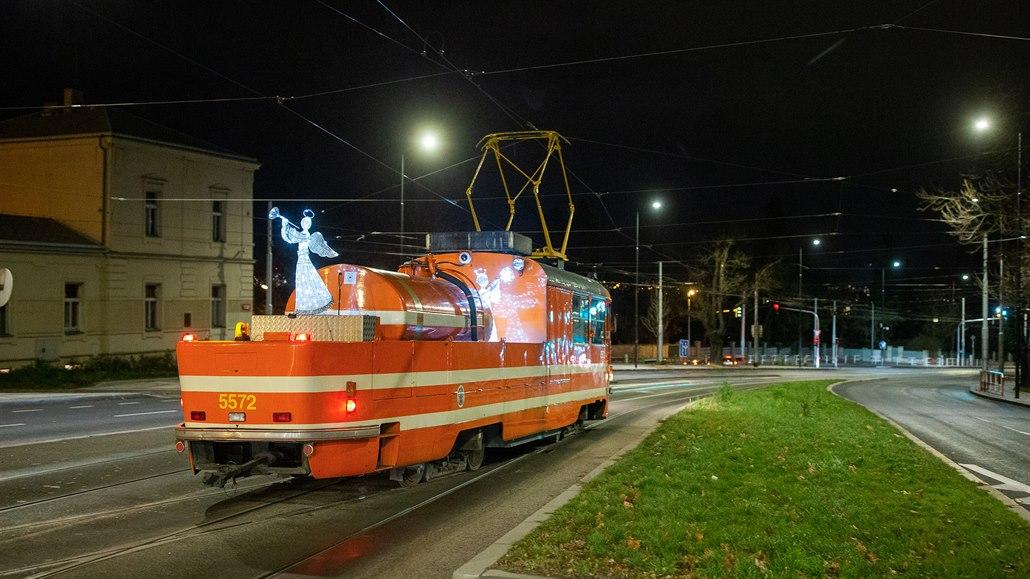 OBRAZEM: Osvětlená mazačka, tramvaj 15T a retrobus křižují Prahu