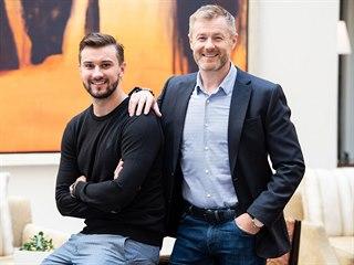 Hráčský agent Robert Spálenka (vpravo) a brankář hokejistů Caroliny Petr Mrázek.