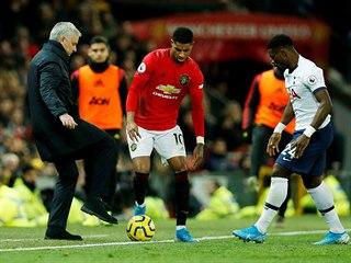 MOURINHO VE HŘE. Trenér Tottenhamu nastavuje nohu proti míči, který vede Marcus...