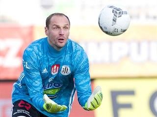 Brankář Českých Budějovic Jaroslav Drobný chytá balon v utkání proti Jablonci.