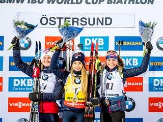 Markéta Davidová (vpravo) na stupních vítězů, ve sprintu v Östersundu dojela...