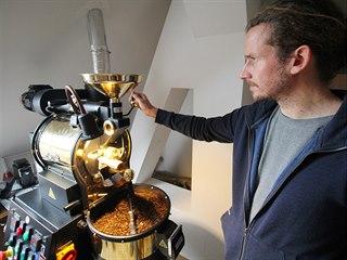 V Sejřku praží kávu i vedoucí terapeutické komunity Jan Mokrý. S klienty...