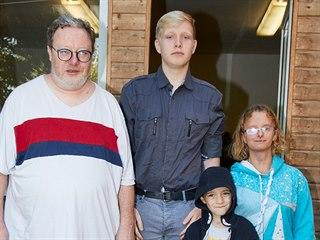 Učitel Tomáš se syny Filipem a Mikulášem a Květou, kterou si vzal do pěstounské...