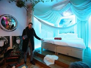 Manažer brněnského hotelu Anybody Adam Vodička představuje pokoj inspirovaný...