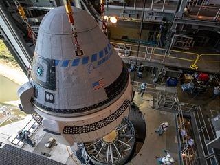 Kosmická loď Starliner při přípravě na start 19.11.2019.