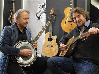 František Furch (na snímku vlevo) hraje na svůj oblíbený nástroj – bendžo,...