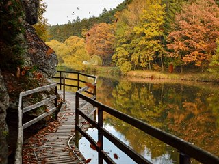 Turisté projdou malebné údolí řeky Lužnice. Narazí i na skalní stěny a tunely....
