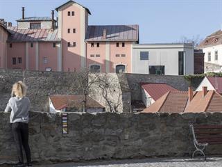 Odstín průčelí Enotéky vznikl kombinací různých barev sousedících budov.