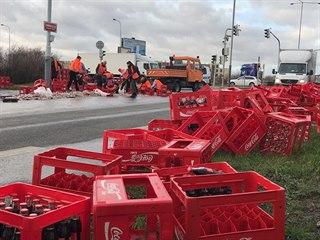 Ve Štěrboholech z kamionu vypadly limonády na silnici. (9. 12. 2019)