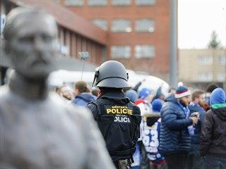 Policie doprovázela fanoušky Komety hned od hlavního nádraží ke stadionu.