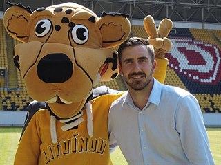 Petr Macholda s maskotem Litvínova na drážďanském stadionu, kde 4. ledna...