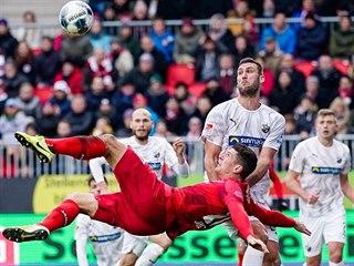 SMOLAŘ MARIO. Německý forvard Mario Gomez dal v dresu Stuttgartu proti...
