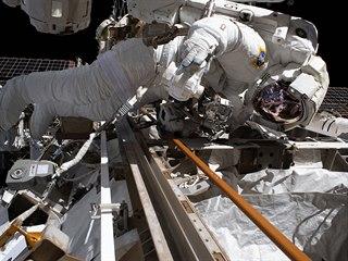 Astronaut Andrew Morgan při opravě Alfa magnetického spektrometru vně...
