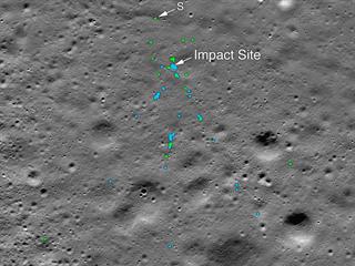 Snímek povrchu Měsíce s označenými stopami po pádu sondy indické sondy Vikram....