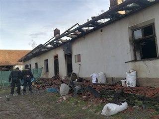 Po nočním požáru rodinného domu v Sovoluskách na Přeloučsku byla nalezena torza...