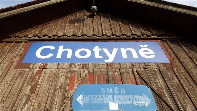 Nádraží je vstupní brána do Chotyně, na vysokém náspu, je zdaleka vidět.