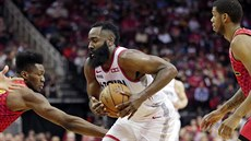 James Harden z Houstonu u míče v duelu s Atlantou.