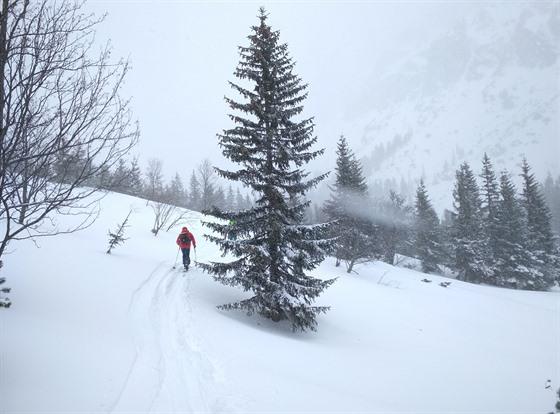 Dokud jsme schovaní v lese, tak si užíváme výstupu a čerstvého sněhu, jakmile...