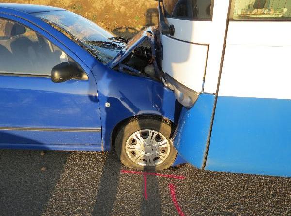 Osmaosmdesátiletý řidič narazil autem do autobusu, neměl zdravotní posudek