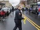 Policista v New Jersey zajišťuje místo, kde se střílelo. (10. prosince 2019)