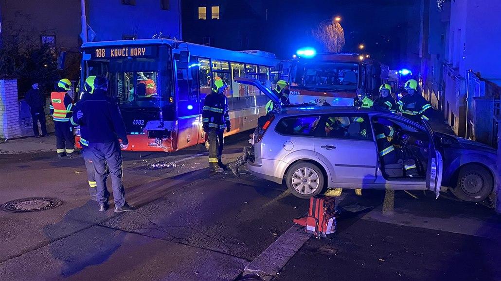 V pražských Nuslích se srazil autobus s autem, zraněni jsou čtyři lidé