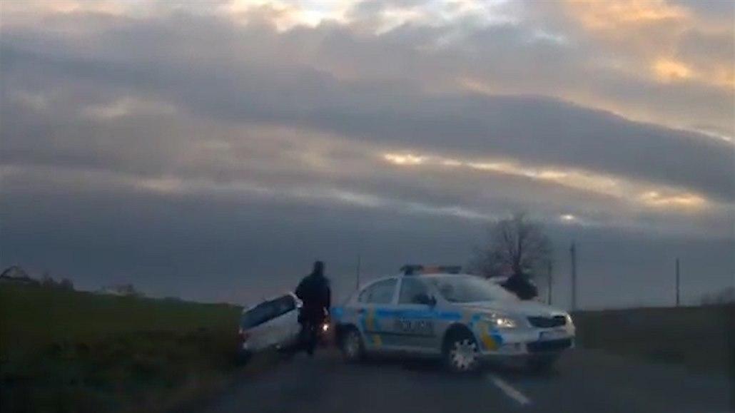 Policisté museli uskočit před pronásledovaným řidičem, v autě vezl dítě