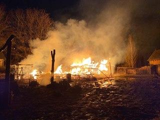 Požár v pražských Řeporyjích zachvátil středověký skanzen, shořely tři dřevěné...