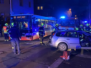 Nehoda autobusu s osobním autem v pražské ulici Na Jezerce. (14. prosince 2019)