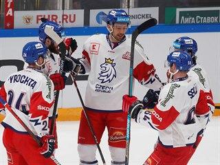 Čeští hokejisté slaví druhý gól v utkání proti Rusku.